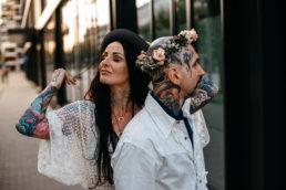 piękna wytatuowana para młoda w miejsckiej przestrzeni na sesji ślubnej w Warszawie