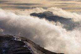 warsztaty fotograficzne w Bieszczadach przelewające się chmury przez połoniny, wschód słońca na Caryńskiej zimą