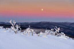 warsztaty fotograficzne w Bieszczadach kilka minut przed wschodem słońca na Rawkach, Nad połoninami świeci księżyc