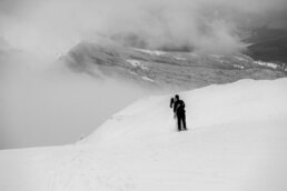 zimowy widok z Połoniny Wetlińskiej z parą młodą na sesji w Bieszczadach jest biało wietrznie i widać chmury