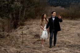 spacer po łące w Bieszczadach, zakochana para młoa