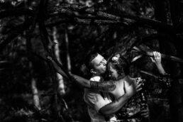 całująca się para w lesie w Bieszczadach gra światła i cieni