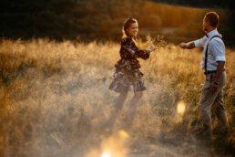romantyczna sesja w Bieszczadach w złotej trawie na połoninie