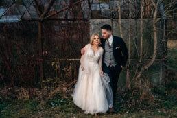 sesja ślubna w Bieszczadach zakochana para młoda przytula się na tle opuszczonej klimatycznej szklarni