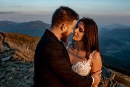 zakochana para młoda w blasku ciepłego zachodu słońca na tle połonin w Bieszczadach sesja ślubna