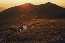 zachód słońca nad połoninami w Bieszczadach zakochana para młoda całuje się