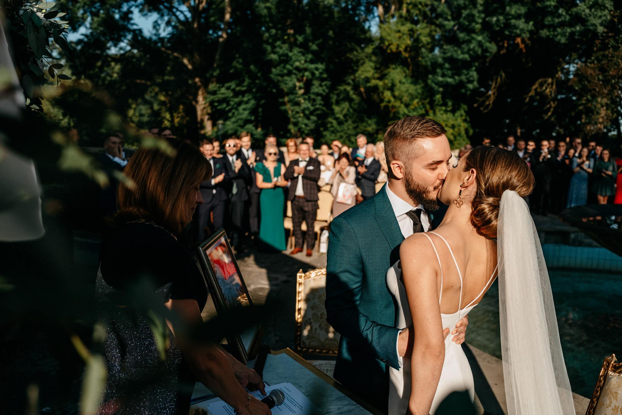 miłość, ślub, sesja, pocałunek, plenerowy slub w baranowie sandomierskim fotograf slubny rzeszow