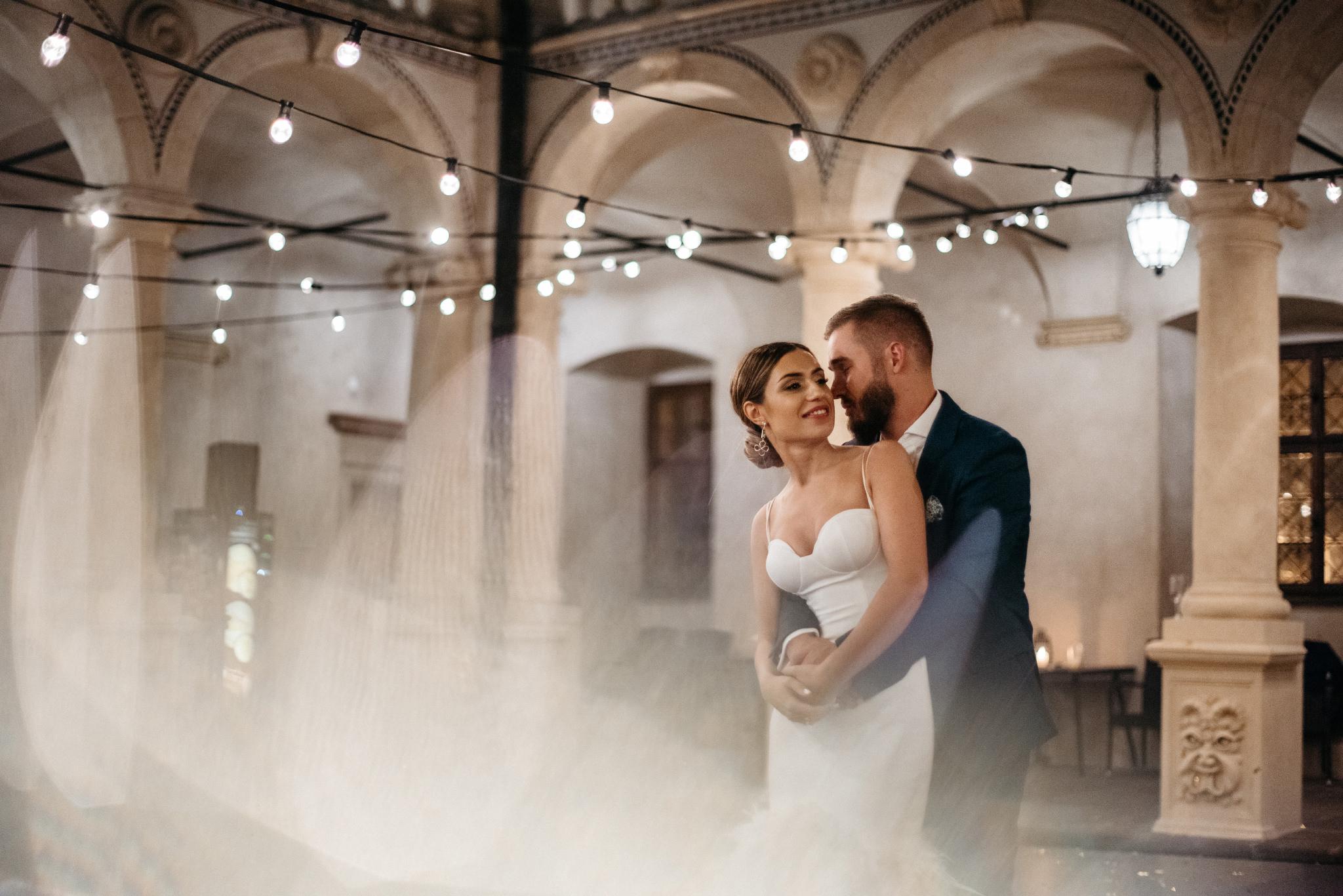 miłość, ślub, sesja, pocałunek, plenerowy slub w baranowie sandomierskim