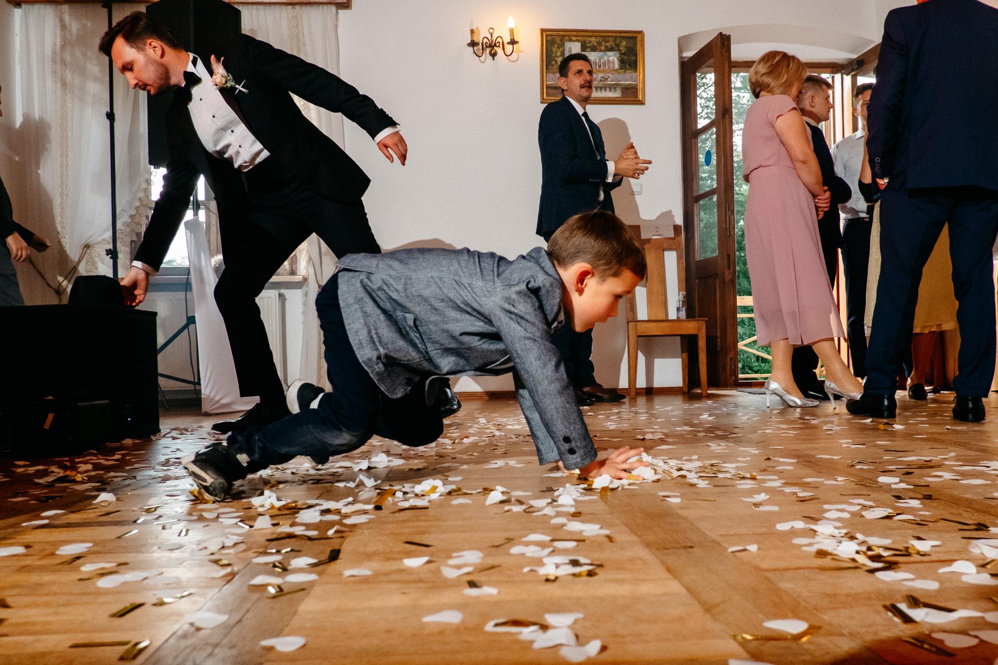 Jeden czy dwóch fotografów na ślub? | Wesele w Dworku Krościenko Wyżne 36