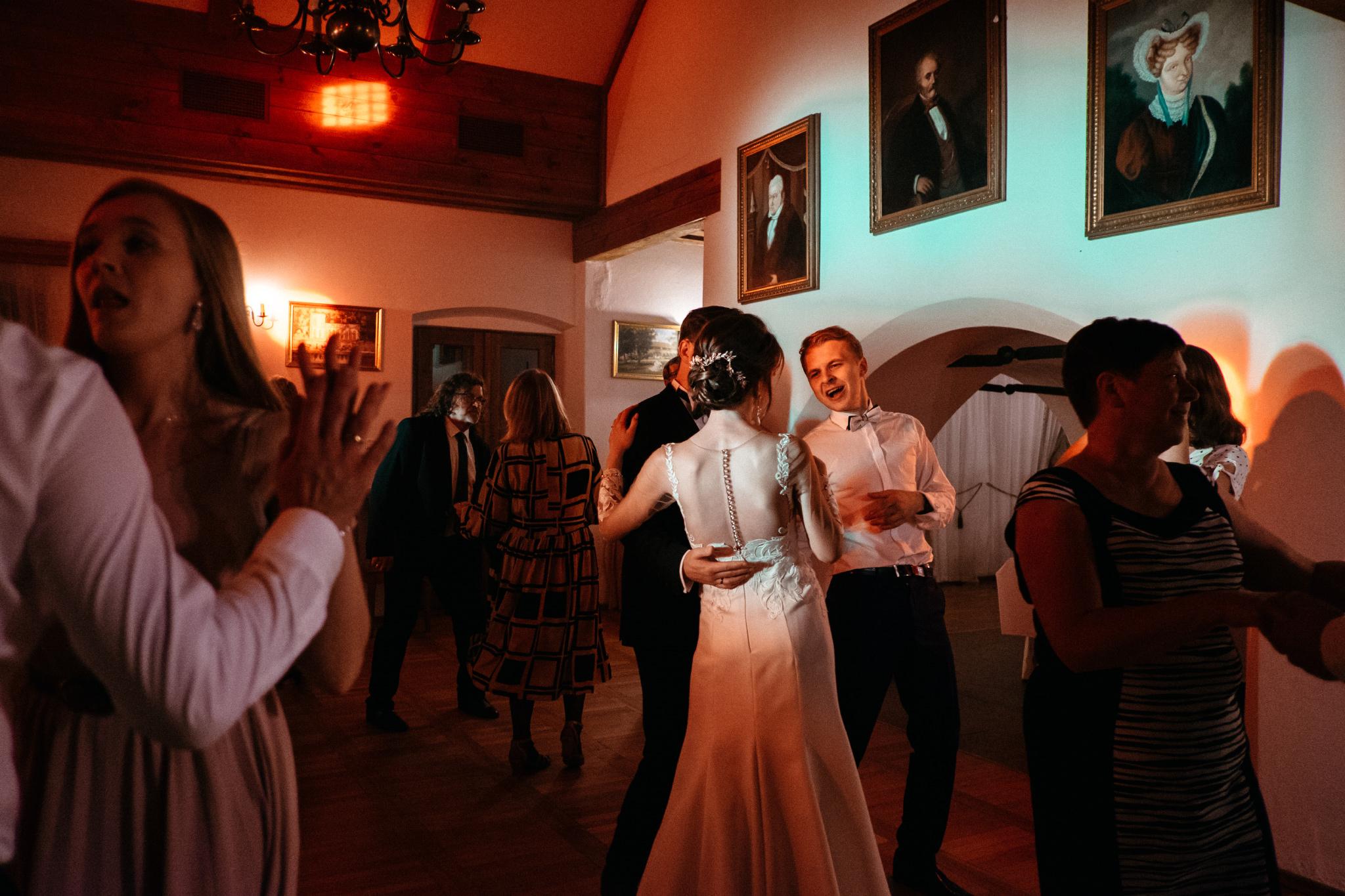 Jeden czy dwóch fotografów na ślub? | Wesele w Dworku Krościenko Wyżne 56